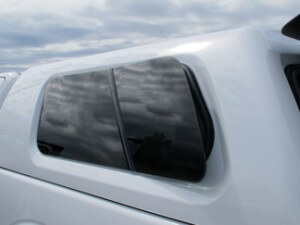 hard-top-equipement-vitre-ouvrant-un-tiers